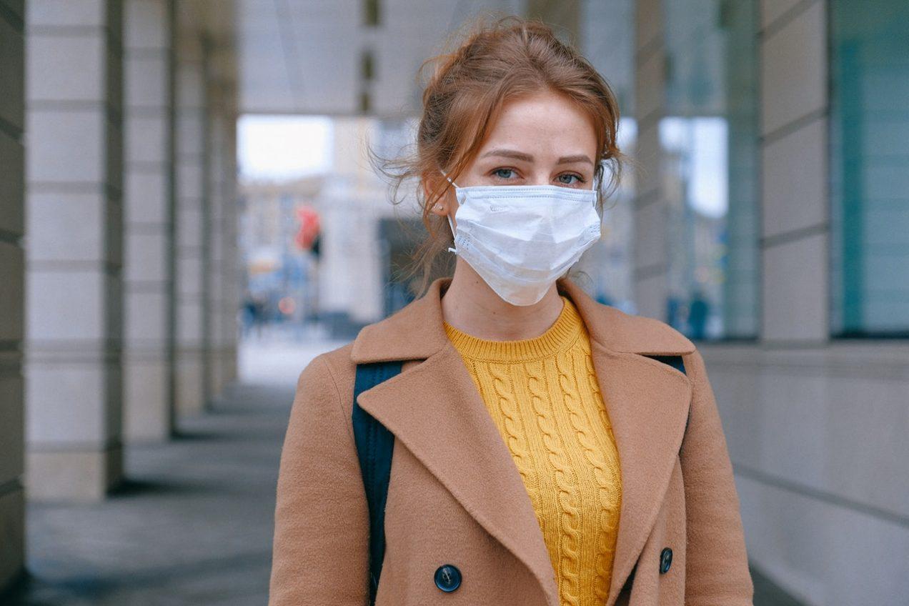 Eine Frau trägt eine Schutzmaske